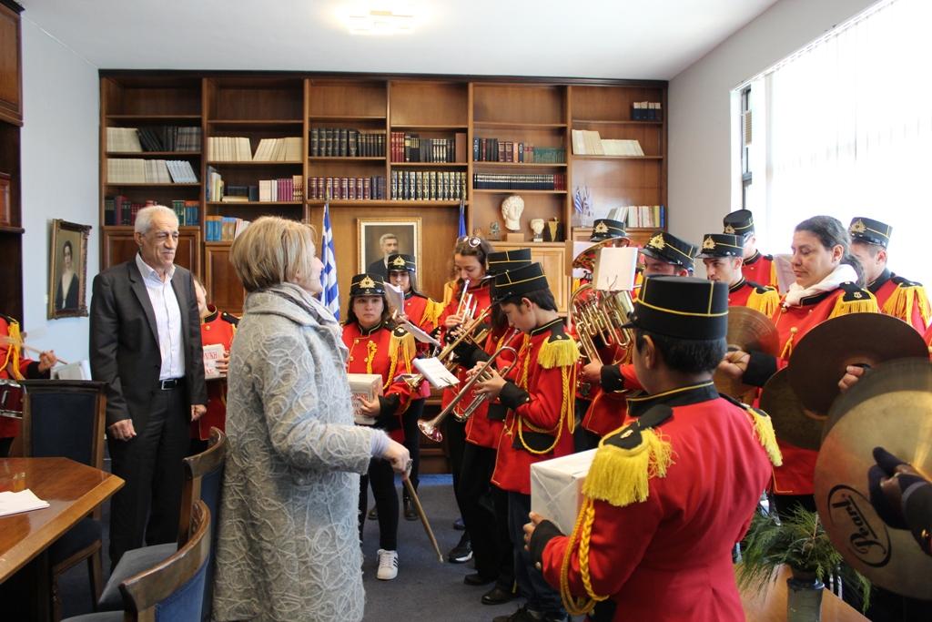 Αμαλιάδα: Πρωτοχρονιάτικα κάλαντα στον Δήμαρχο Ήλιδας Γιάννη Λυμπέρη