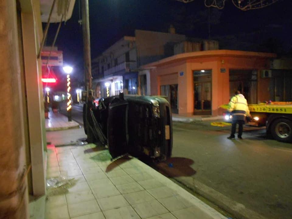 Μυρσίνη Ηλείας: Τροχαίο τα ξημερώματα με τραυματισμούς 2 ατόμων από τρελή πορεία ΙΧ οχήματος- Το όχημα έκοψε κολόνα ηλεκτροφωτισμού κατέστρεψε πόρτα καφενείου και καθρέπτη διασταυρώσεων (photos)