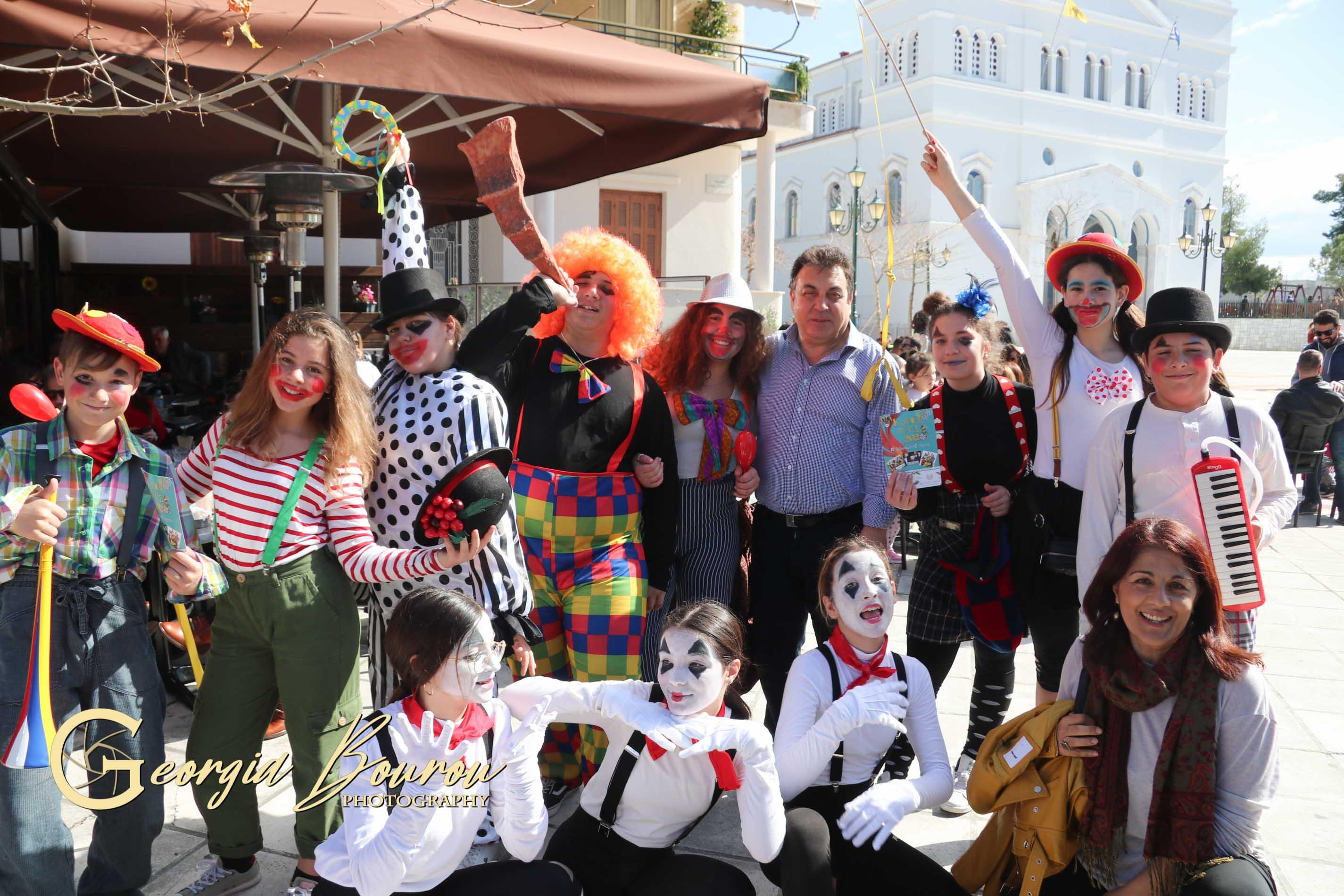 """Πύργος: Οι τελάληδες της 1ης Αποκριάς Πύργος 2020"""" με το κέφι, τον χορό και τα χαμόγελά τους ξεσήκωσαν την πόλη- Δεν """"γλύτωσε"""" ούτε ο Δήμαρχος Τάκης Αντωνακόπουλος - Άντε καλή μας Αποκριά!!! (Photos)"""