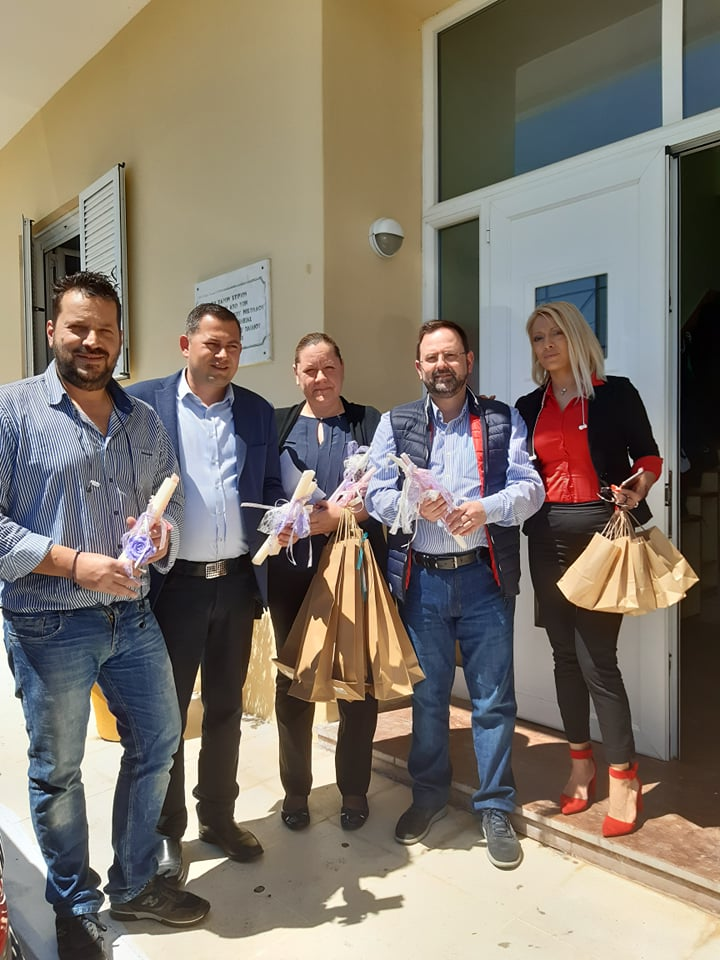 """Ηλεία: Τέσσερις Περιφερειακοί Σύμβουλοι μοίρασαν δώρα αγάπης και πολλά χαμόγελα στο Σπίτι του """"Χαμόγελου του Παιδιού"""" στην Κυλλήνη!! (photos)"""