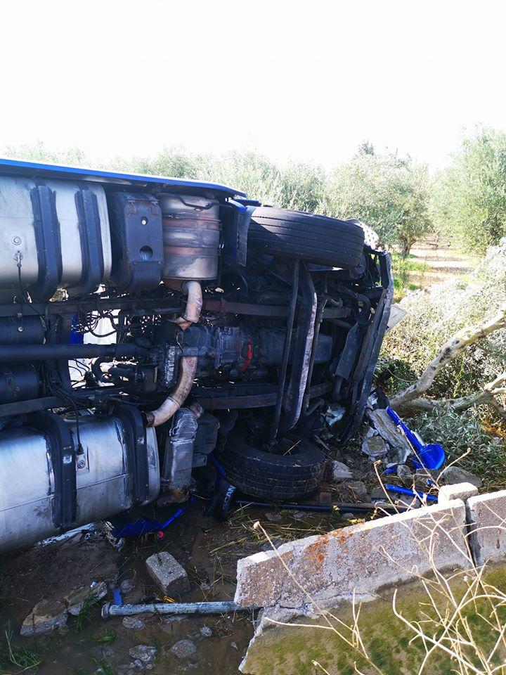 Πύργος: Τροχαίο ατύχημα στις Κολιρέικες Παράγκες- Βυτιοφόρο όχημα εξετράπη από το δρόμο και έπεσε σε καναλέτο (photo)