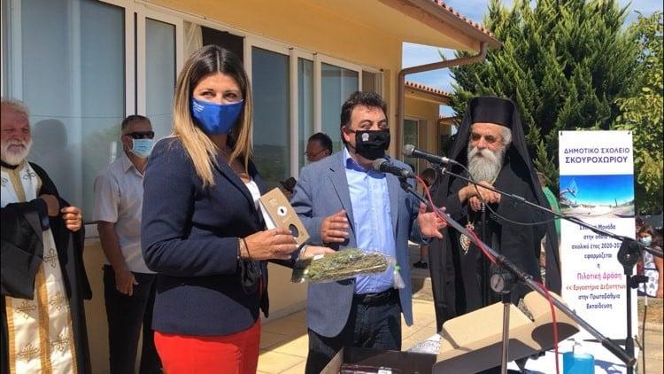 """Σκουροχώρι: Ο Δήμαρχος Πύργου Παναγιώτης Αντωνακόπουλος, πρόσφερε δώρα από την """"Ηλειακή γή"""" στην Υφ. Παιδείας Σοφία Ζαχαράκη"""