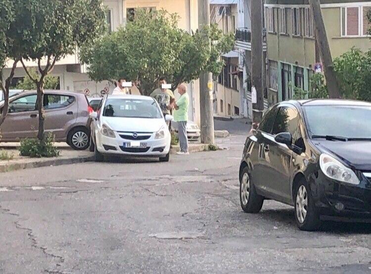 Πύργος: ΙΧ αυτοκίνητο το πήρε η κατηφόρα στην οδό Κοραή- Μετά από τρελή πορεία έπεσε επάνω σε άλλο παρκαρισμένο όχημα (photo)