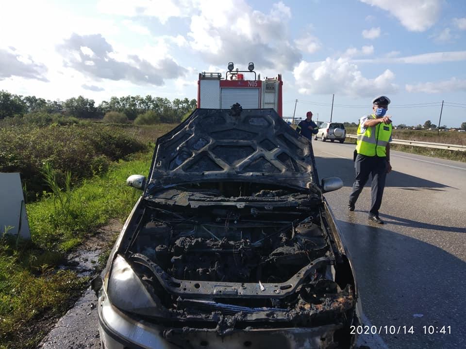 Ηλεία: Στις φλόγες τυλίχθηκε ΙΧ αυτοκίνητο στο ύψος του Σταφιδόκαμπου στην Ε.Ο. Πατρών - Πύργου (photos)