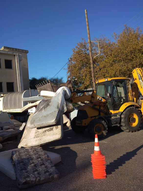 Δήμος Πύργου: Απομακρύνονται τα παλιά στρώματα από το παλιό Νοσοκομείο Πύργου- Παναγιώτης Αντωνακόπουλος «Παραλάβαμε ένα μνημείο περιβαλλοντικής ντροπής» (Photos)