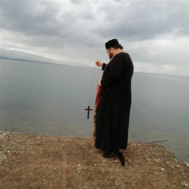 Ιερέας αγιάζει μόνος του τα νερά της Τριχωνίδας