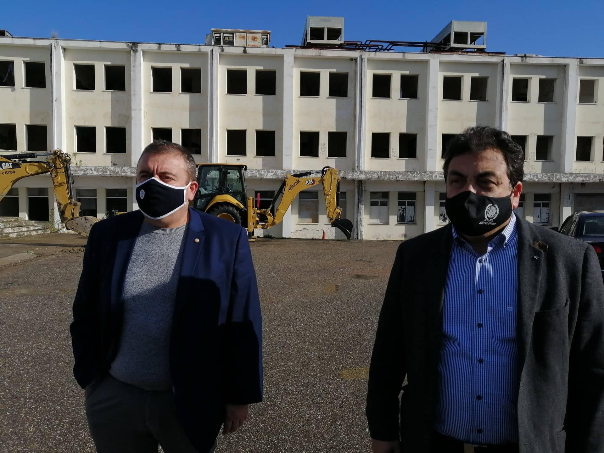 Δήμος Πύργου: Απομακρύνονται και τα τελευταία στρώματα από το παλιό Νοσοκομείο -Παν. Αντωνακόπουλος «Στόχος μας η πλήρης αποκατάσταση του χώρου» (photos)