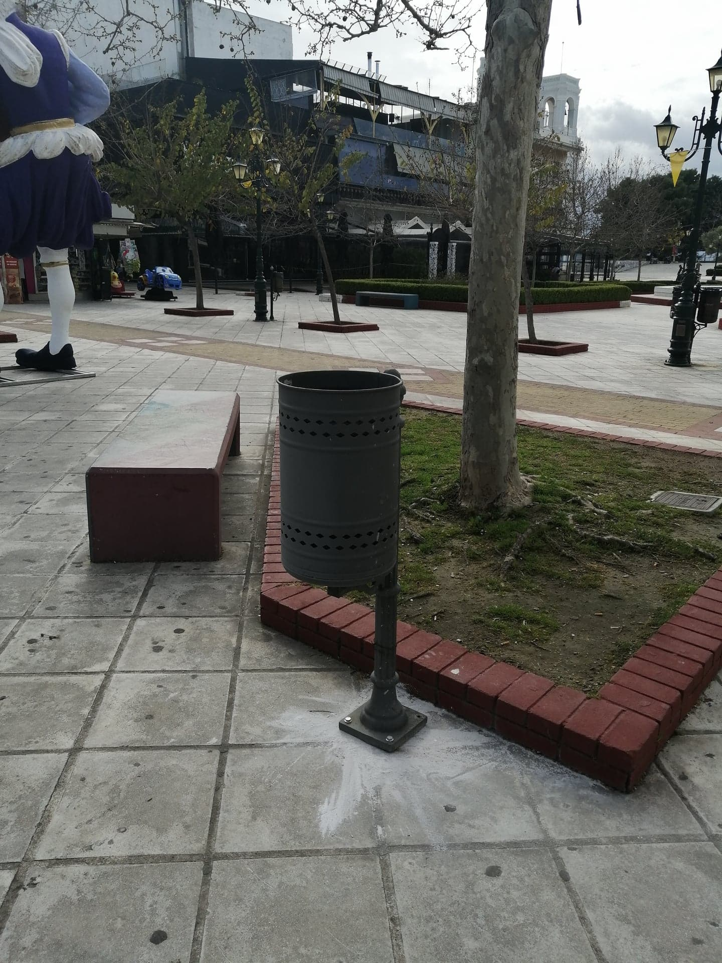 Δήμος Πύργου: Τοποθετήθηκαν καινούργια καλαθάκια απορριμμάτων στην κεντρική πλατεία