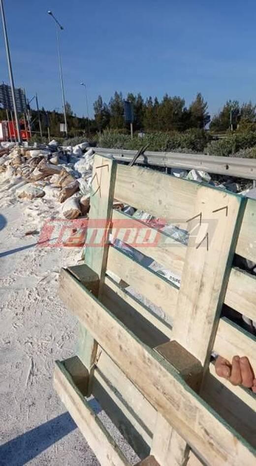 Πάτρα: Ατύχημα με νταλίκα στην Περιμετρική - Γέμισε αλεύρι ο δρόμος (photos)