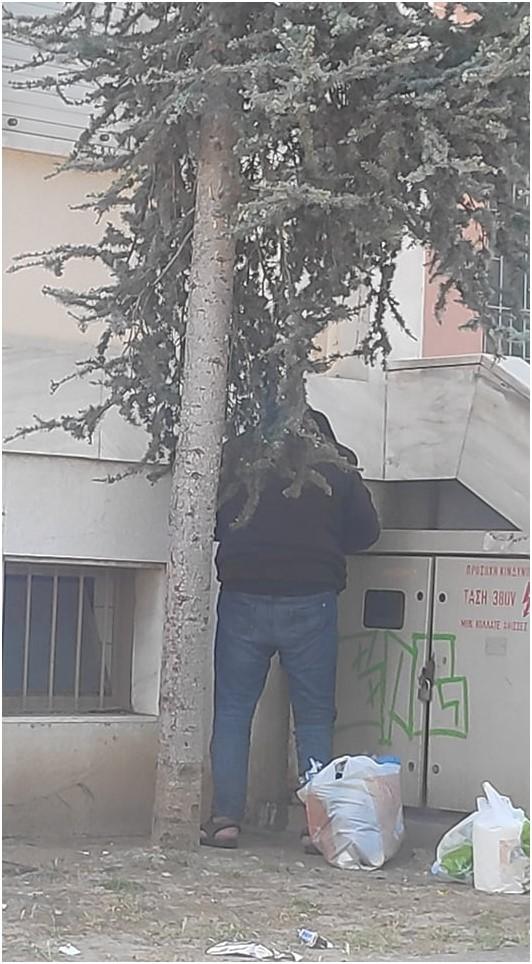 Πύργος: Αγνωστος άνδρας ουρούσε μέρα μεσημέρι έξω από τα Δικαστήρια Πύργου